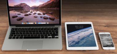Akcie Applu i zpomalování starších iPhonů